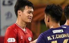 """Nụ cười đầy ẩn ý của tuyển thủ U23 Việt Nam sau khi khiến Thành Chung """"hối hận"""" vì sai lầm sơ đẳng, chán đến mức không muốn bắt tay đối thủ"""