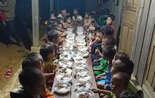 """""""Bữa cơm có thịt"""" trong lễ bế giảng của cô trò trên lớp học nơi đỉnh trời khiến nhiều người rưng rưng"""