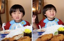 """Xuất hiện chưa đầy 2 phút, bé Sa đã """"giật"""" spotlight trong vlog mới của mẹ Quỳnh Trần với loạt biểu cảm """"phát hãi"""" vì… mắm nêm"""