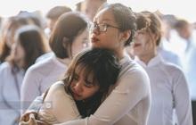 Đôi bạn ôm nhau khóc nức nở trong lễ bế giảng: Biết tạm biệt không phải là xa nhau mãi nhưng vẫn thật buồn