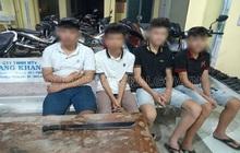 Vì tiếng nẹt pô, nhóm học sinh đi xe máy mang theo dao phóng lợn tìm đến đập phá nhà đối thủ