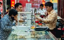 Chùm ảnh: Giá vàng liên tục lập đỉnh hơn 50 triệu đồng/lượng, người dân Thủ đô đổ xô mua bán