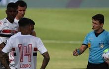 Hy hữu: Trọng tài cho hoãn khẩn cấp trận đấu vì có tới... 10 cầu thủ mắc Covid-19 trên sân