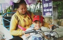 Bố bỏ nhà theo vợ nhỏ, bé trai 9 tuổi đi bán vé số khắp Sài Gòn kiếm tiền chữa bệnh cho người mẹ tật nguyền