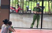 Ánh mắt trìu mến của người chiến sĩ công an Đà Nẵng khi tranh thủ về thăm nhà nhưng chỉ dám đứng từ xa khiến nhiều người rưng rưng