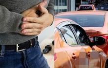 """Tài xế taxi dùng hung khí đâm hành khách nhiều lần ngay trên xe, nguyên nhân bắt nguồn từ một... cú """"thả bom"""""""
