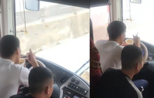Tài xế xe giường nằm vừa lái vừa ăn mì tôm