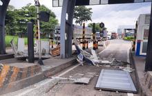 TP.HCM: Thùng container bị bung cửa, đập nát cabin trạm thu phí