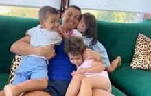 Ronaldo khoe ảnh ôm con đầy hạnh phúc: Ai tinh mắt sẽ nhận ra ngay một thay đổi fan chờ đợi bấy lâu