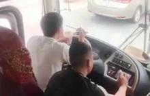 Vừa lái xe vừa ăn mì tôm, tài xế ở Nghệ An bị tước bằng 2 tháng, phạt 1,5 triệu đồng
