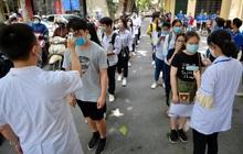 Gần 900.000 sĩ tử làm thủ tục thi tốt nghiệp THPT Quốc gia 2020: Thí sinh xếp hàng đo thân nhiệt trước khi vào phòng thi