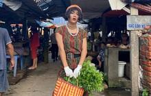 """TikToker mượn đồ bộ của mẹ, phối phụ kiện cho sang, đi catwalk ngoài chợ khiến bà hàng xóm """"đứng hình"""""""