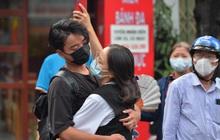 """Khoảnh khắc """"rụng tim"""" chiếm spotlight: Nam sinh ôm chầm lấy bạn gái, ngọt ngào động viên sau khi thi THPT Quốc gia"""