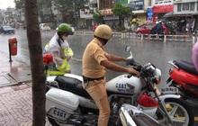 Chú Cảnh sát giao thông nhường áo mưa, chở nữ sinh đến điểm thi THPT Quốc gia đúng giờ