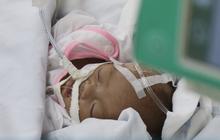 TP.HCM: Xót xa bé trai sơ sinh bệnh nặng bị cha mẹ bỏ rơi, bàn tay yếu ớt bấu chặt giường bệnh tìm sự sống