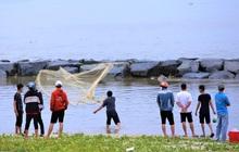 """Sau bão, người dân Đà Nẵng ra các miệng cống xả, cửa sông quăng chài bắt cá """"khủng"""""""