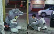 Bé trai 9 tuổi ngồi thất thểu trong trang phục mascot để kiếm tiền đóng học phí làm cư dân mạng nghẹn ngào
