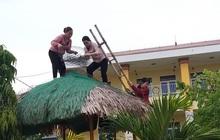 """Quảng Bình: """"Bão đến nhà"""" cô giáo mầm non """"leo mái nhà"""" chống bão"""