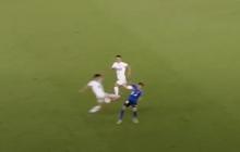 Cầu thủ Trung Quốc tung cước trúng eo khiến đối thủ giãy giụa nằm sân
