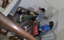 Hà Nội: Công an phá cửa phòng trọ giải cứu cô gái mất máu nguy kịch, nghi do cắt tay tự tử vì tình