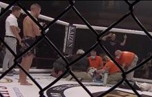 Dính phải những cú đòn liên tiếp của đối thủ, võ sĩ rơi vào trạng thái mất nhận thức, phải rời khỏi sàn đấu bằng cáng