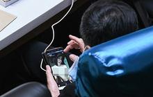 Nghị sĩ Thái Lan bị bắt quả tang xem ảnh khỏa thân khi đang họp quốc hội