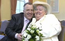 Con gái cay cú nhìn mẹ ruột kết hôn với chồng cũ, làm thay đổi bộ luật cổ đã tồn tại suốt 500 năm qua tại Anh