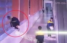 Bị cô giáo mắng vốn, mẹ tức giận tát và bóp cổ con trai trước mặt bạn học, 3 phút sau con nhảy lầu dẫn đến tử vong