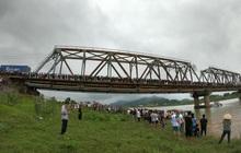 Bắc Giang: Cô gái trẻ đi xe ngã lọt xuống cầu, tài xế xe tải lao xuống cứu bất thành khiến 2 người tử vong