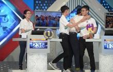 Sự thật về hình ảnh tranh cãi tại Chung kết Olympia 2020: Nữ Quán quân lủi thủi một góc nhìn 3 nam sinh ôm nhau