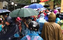 Ảnh: Cơn mưa xối xả đổ xuống Hà Nội giờ tan học khiến nhiều phụ huynh, học sinh mệt nhoài trên đường về nhà