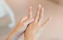 Khi thấy tay chân yếu, tê hoặc mất cảm giác ở một vùng trên cơ thể, cảnh giác với tình trạng này ở dây thần kinh