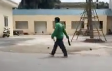 Người đàn ông mặc áo xe ôm công nghệ Grab đuổi chém người trước cổng Bệnh viện E