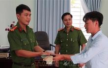 Nhặt được tài sản khi đang giúp dân phòng chống lũ lụt, cán bộ công an tìm trả lại người đánh mất
