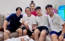 """Hội tuyển thủ Việt Nam đến thăm con gái Phan Văn Đức, """"em bé quyền lực"""" còn bế ngửa đã biết hóng chuyện nhìn camera chụp hình"""