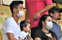 """Con gái Tiến Dũng """"túm"""" chặt cổ áo bố khi tới cổ vũ trận CLB Viettel gặp Sài Gòn FC"""