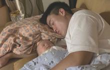 """Con trai ngủ ngon trong lòng Duy Mạnh, Quỳnh Anh than thở: """"Biết mỗi thương bố, hành mẹ"""""""