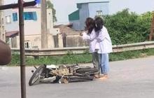 """Đang đi học thì xe máy lăn ra đổ giữa đường, 2 nữ sinh lôi điện thoại làm hành động """"khó hiểu"""" thu hút gần 20.000 lượt like"""