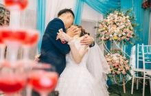 """Chú rể trao cho cô dâu nụ hôn """"mãnh liệt"""" trong ngày cưới, nhìn tư thế và bàn tay phải khiến nhiều người khó hiểu"""