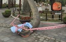 """Đúng như mong muốn của cư dân mạng, chú khủng long gãy cổ trong công viên ở Busan đã được """"gây mê cấp cứu"""""""