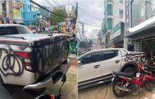 """Chiếc ô tô đỗ trước tiệm quần áo bị xịt sơn đen sì, chủ xe cho biết đã để lại số điện thoại trên xe nhưng vẫn bị dân tình """"ném đá"""""""