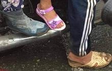 Bức ảnh cha đi tổ ong đầy bùn, mẹ đi đôi ủng cũ vẫn sắm cho con gái sandal mới tinh: Dù có vất vả nhưng không để con thua thiệt bạn bè