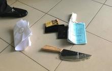 Bệnh nhân nhiễm HIV mang theo dao đòi bác sĩ khám bệnh