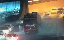 Xe khách bốc khói nghi ngút tối 26 tết, hàng chục người tháo chạy