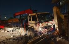 Xe tải mất thắng, tài xế tông sập nhiều trụ điện cứu người dừng đèn đỏ