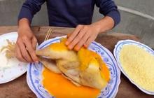 """Con trai bà Tân Vlog tiếp tục khiến người xem """"phát ghê"""" khi dùng tay trần khuấy vào đồ ăn"""