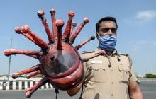 Cảnh sát Ấn Độ đội mũ bảo hiểm độc nhất vô nhị hình virus SARS-CoV-2 để dọa người dân không ra khỏi nhà