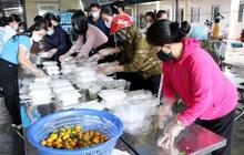 Cô giáo làm 'bếp trưởng' nấu ăn miễn phí cho người cách ly
