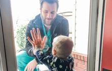 Khoảnh khắc bác sĩ ở tuyến đầu chống Covid-19 về thăm con trai: Nhớ lắm nhưng chỉ được nhìn qua cửa kính, mặt đối mặt nhưng xa cách muôn trùng