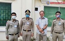 Du khách Mỹ bị bắt vì bôi nước bọt lên tiền ở Campuchia